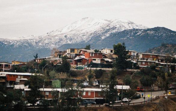 """Dentro de los países que más redujeron la pobreza, entre 2015 y 2017, se encuentra Chile. Según detalla un informe de la Comisión Económica para América Latina y el Caribe (Cepal), el país pasó de un 13,7% a un 10,7%. A pesar de esto, el """"Mapa Social de Campamentos"""" del Ministerio de Vivienda y Urbanismo (Minvu), junto a catastros efectuados por TECHO Chile, establecieron que el número de campamentos creció un 48% en seis años, cifra similar a la de 1985."""