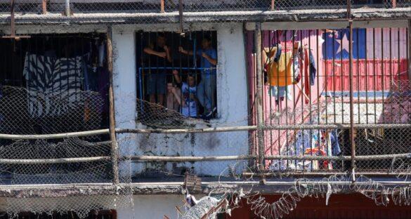Reclusos de la cárcel Santiago 1 al interior de una celda.